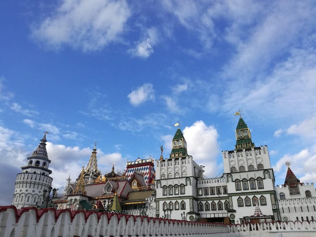 Super Travel Guide to Russia: Moscow and St  Petersburg